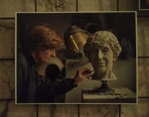 Billedhugger Stine Ring Hansen ved arbejdet med busten af Lise Nørgaard