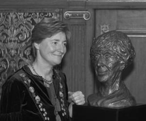Billedhugger Stine Ring Hansen med busten af Lise Nørgaard - Frederiksborg Slot